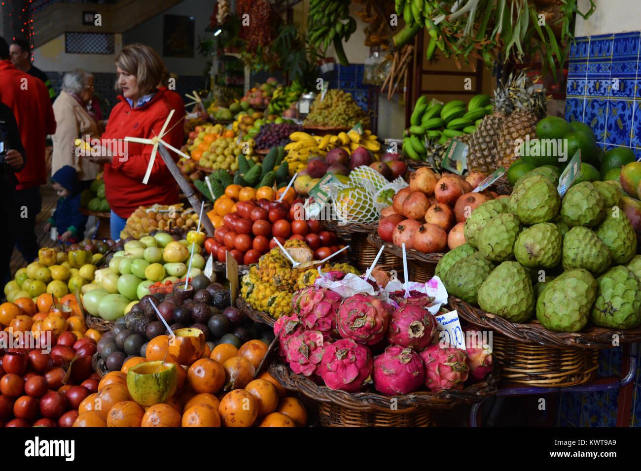 Menschen auf einem Markt Obst & Gemüse auf dem Mercado dos Lavradores, Funchal, Madeira, Portugal Abschaltdruck Stockbild