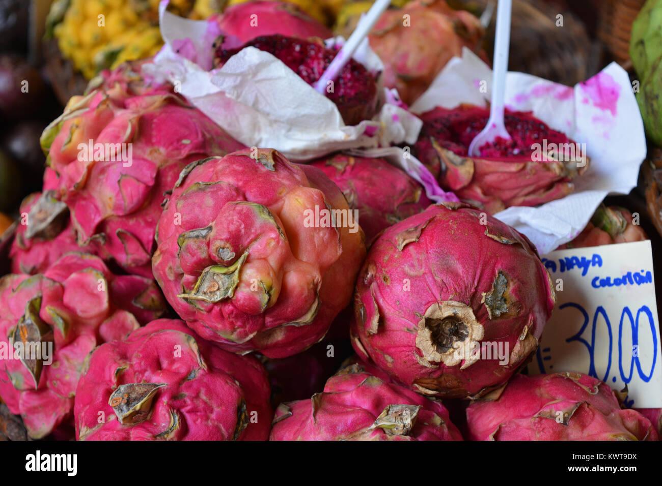 Dragon Obst, mit einem Schnitt öffnen, auf einem Markt, Mercado dos Lavradores, Funchal, Madeira, Portugal Stockbild