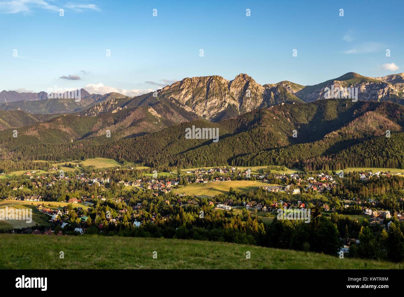 Inspirierende Landschaft Bergpanorama, schöner Tag im Sommer Tatra, Bergrücken über blauen Himmel Stockbild
