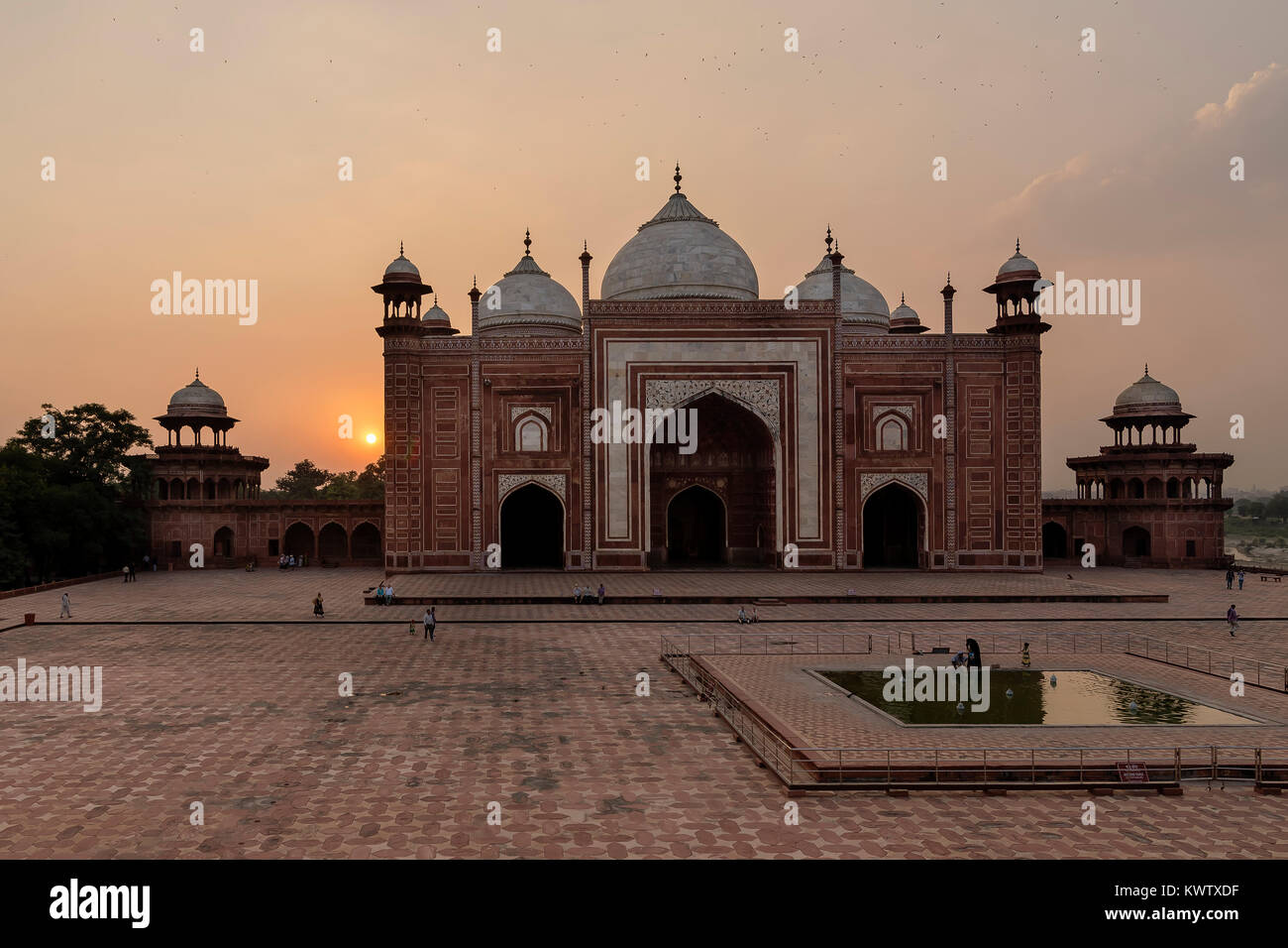Die Fe Verbot Moschee gegen Sonnenuntergang, Taj Mahal, Agra, Uttar Pradesh, Indien Stockbild