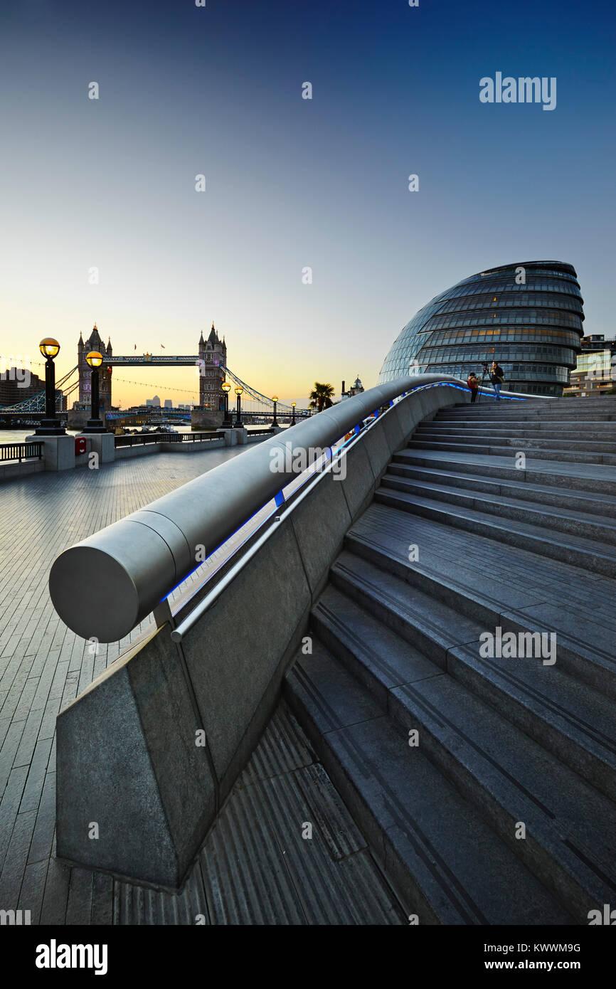 Die Tower Bridge und die Lade bei Sonnenuntergang, London, England, Großbritannien Stockfoto