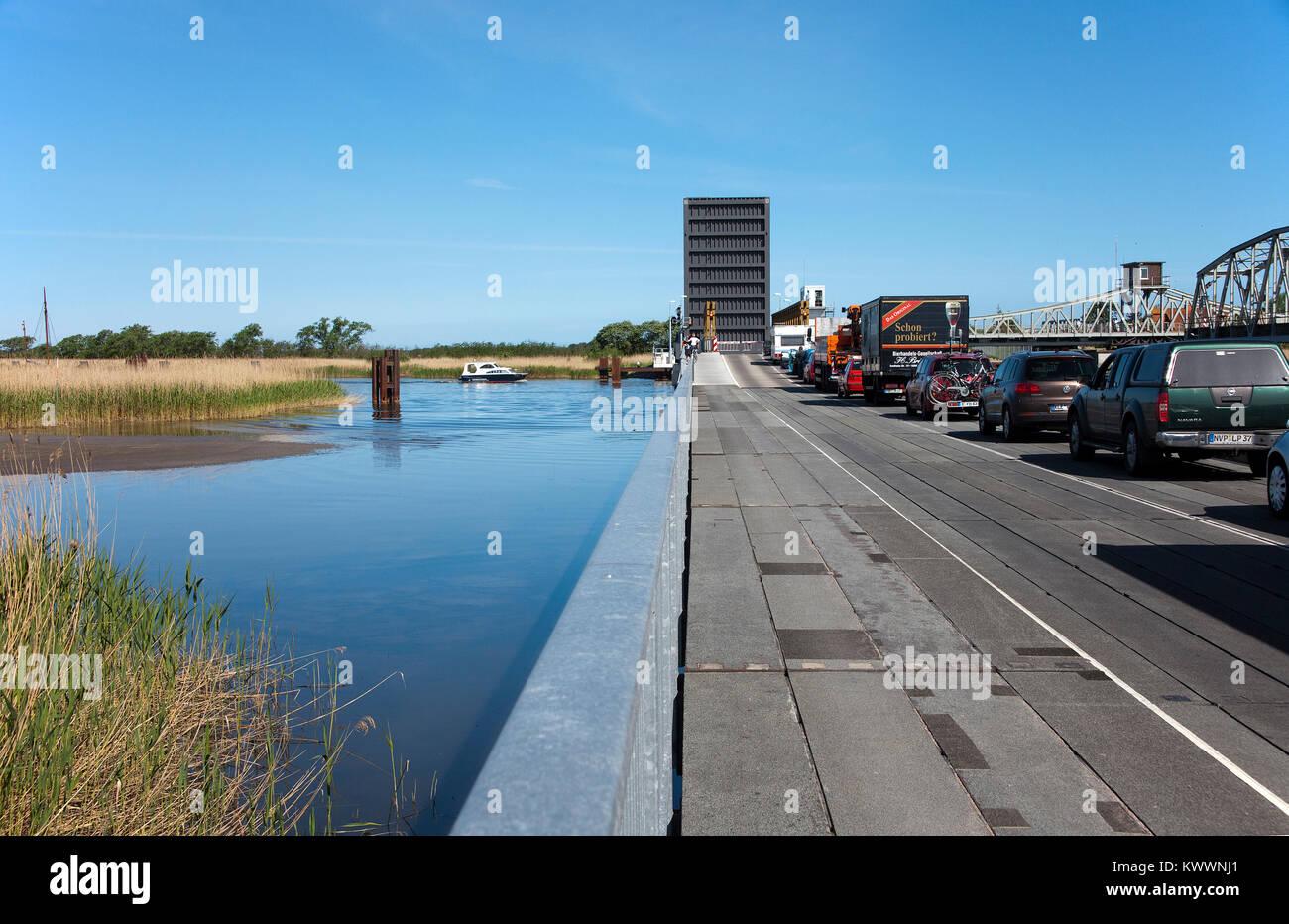 Fahrzeuge bei Meiningen Brücke wartet (pontonbrücke), Bresewitz, Fishland, Mecklenburg-Vorpommern, Ostsee, Deutschland, Stockfoto