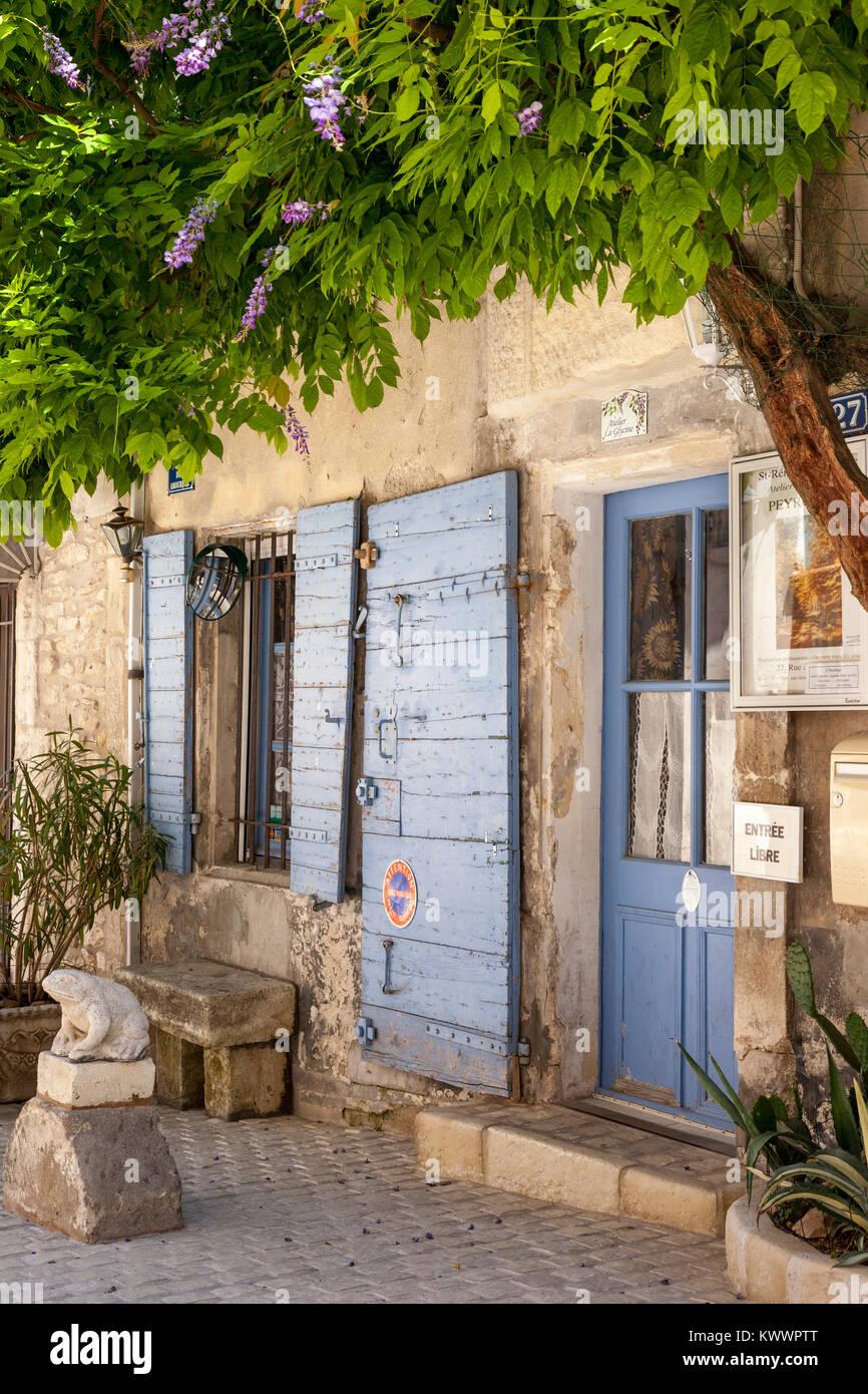 Blaue Fensterläden und Eingang zum Atelier La Glycine in Saint Remy de Provence, Frankreich Stockbild