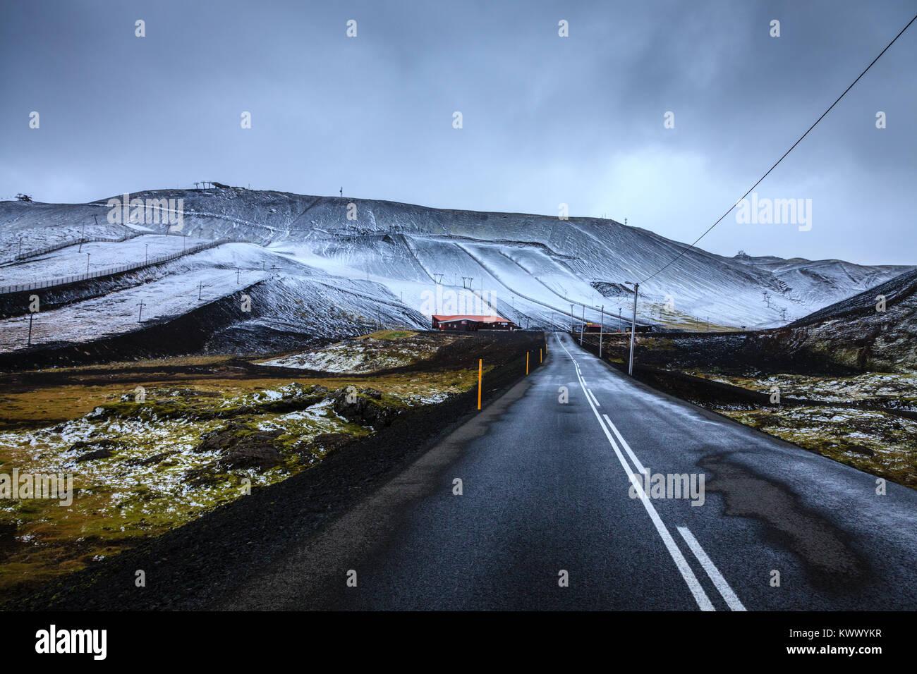Erster Schnee auf Blafjoll ski resort in Island Anfang September Stockbild