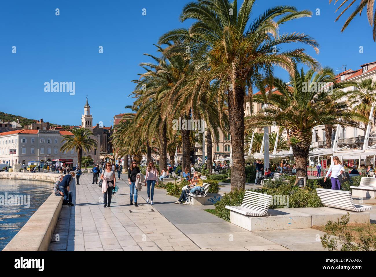 Touristen und Einheimische genießen Promenade Riva, Split, Kroatien Stockbild