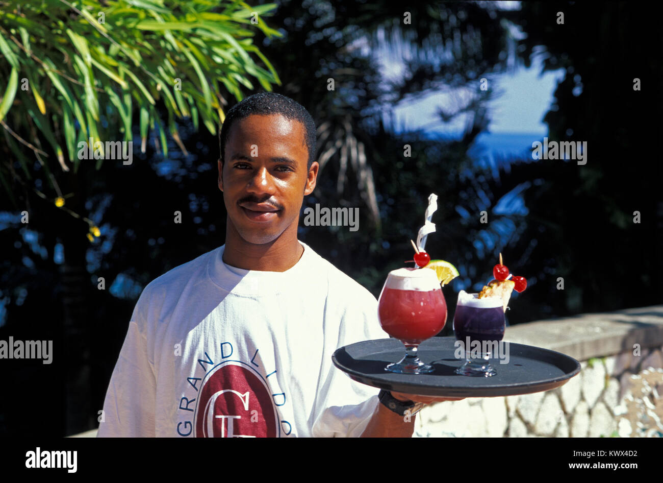 Barkeeper mit Cocktails, Jamaika Stockbild