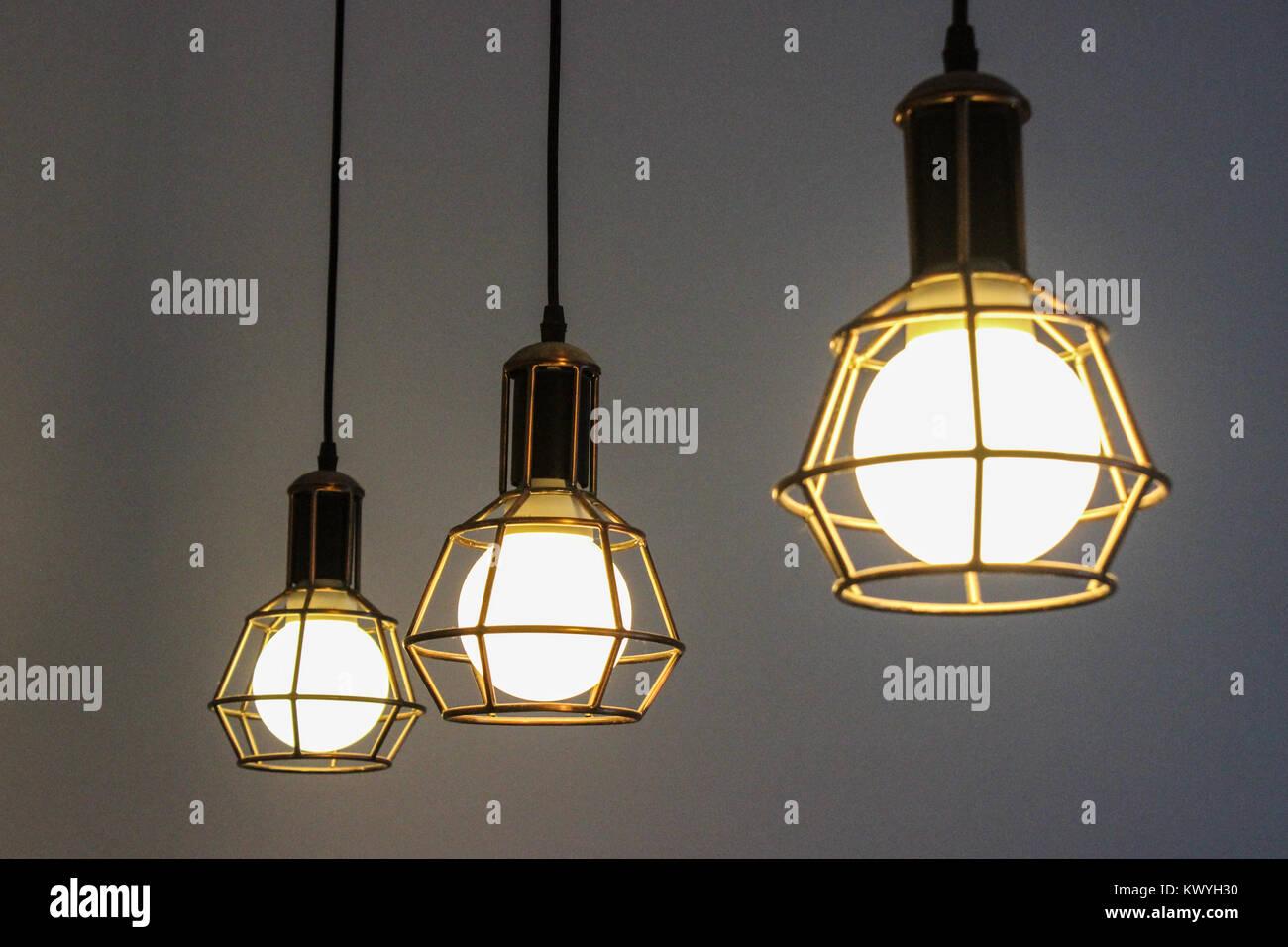 Moderne Design Lampen : Moderne designer lampen aufhängen innenarchitektur stockfoto