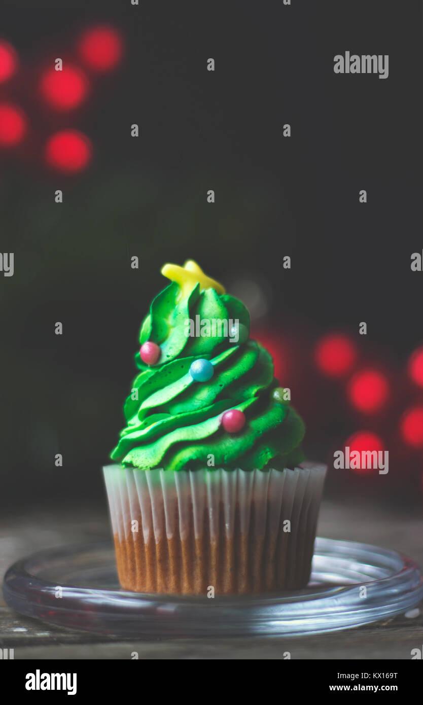 Hausgemachte Kuchen als Weihnachtsbaum dekoriert; Weihnachten oder Neujahr Hintergrund mit Kopie Raum Stockbild
