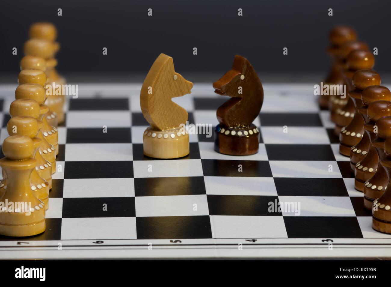 Schach Ritter Konfrontation Kopf an Kopf, Schach Figuren auf einem Schachbrett Stockbild