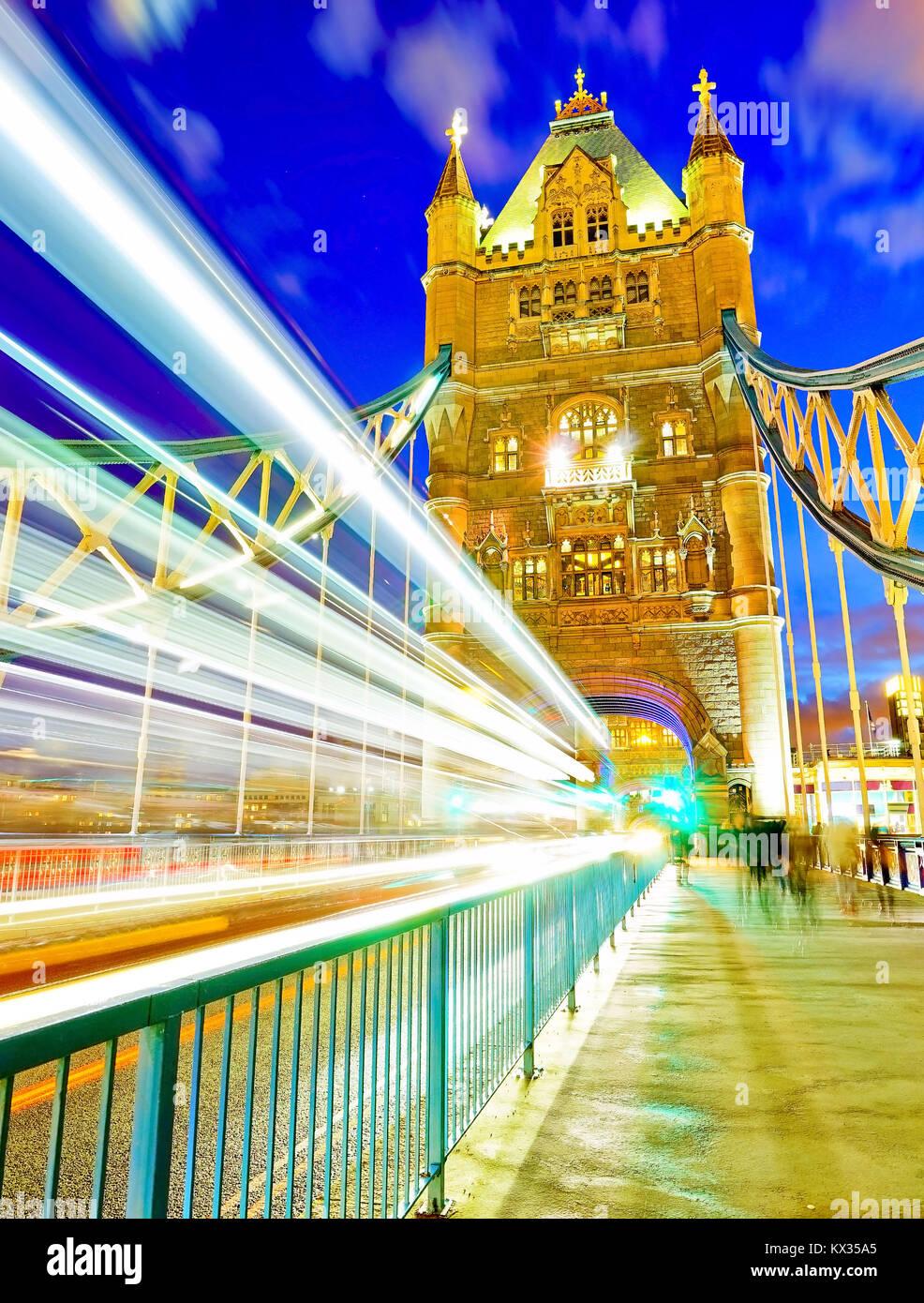 Blick auf die Tower Bridge in London bei Nacht Stockbild