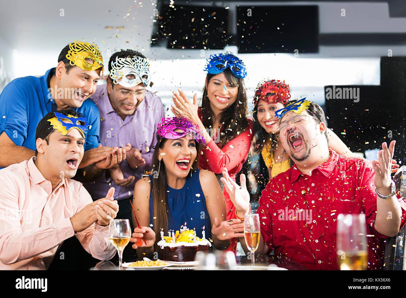 Gruppe Erwachsene Manner Und Frauen Freunde Geburtstag Feier Spass In