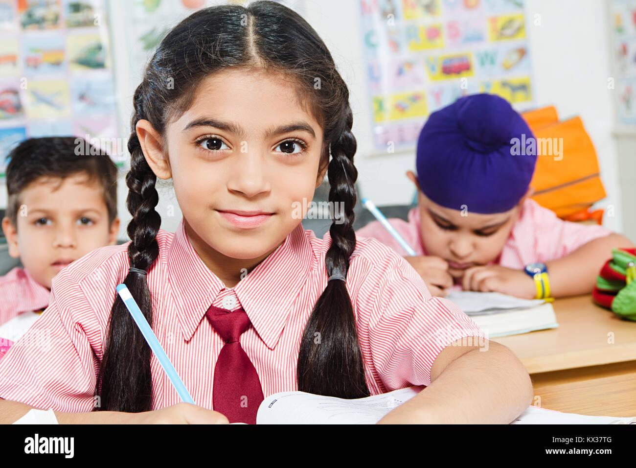 1 indischen Schule Schüler Mädchen Buch Studieren in Klassenzimmer Stockfoto