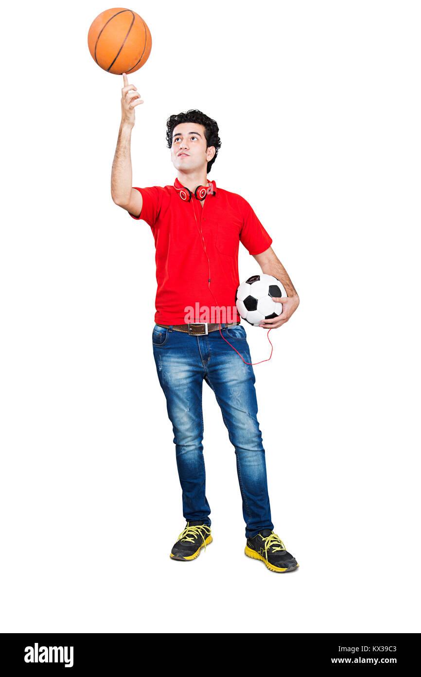 1 indischen Hochschule Junge versucht, Balance Basketball an seinem Finger Stockfoto