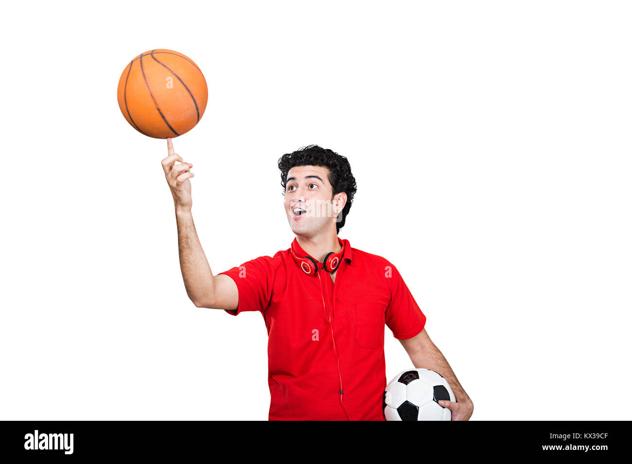 Indische Teenager Boy versucht, Balance ein Basketball an seinem Finger Stockfoto