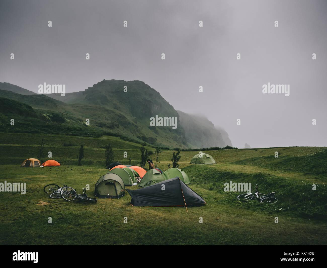 Herrliche Landschaft mit Bergen und zelten auf dem Campingplatz, Island Stockbild