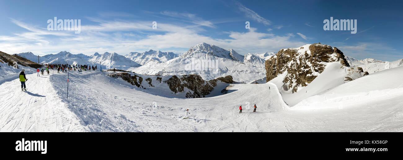 VAL CENIS, Frankreich - 31. Dezember 2017: Panoramablick Winter Blick auf den Col de la Met, einem Pass im Skigebiet Stockbild