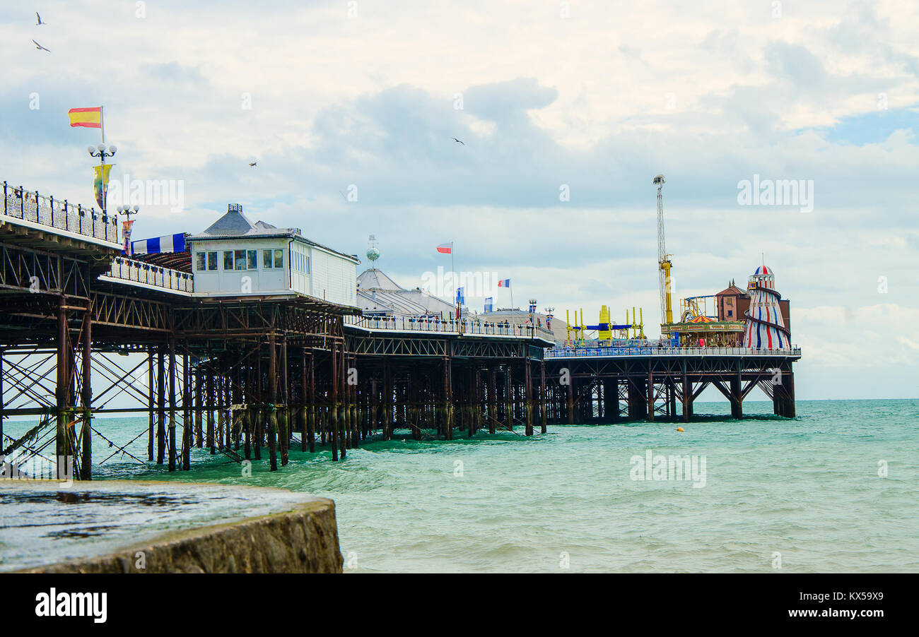 Brighton Pier an der englischen Küste im Frühjahr Stockbild