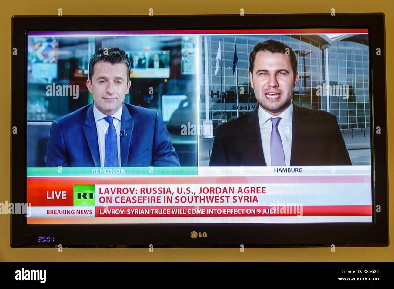 Porto Portugal Fernsehen tv monitor Flat Panel RT Russland heute-Programm, das Nachrichten syrischen Waffenstillstand Stockbild