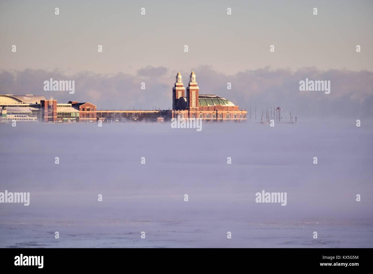 Winde und bittere Kälte gearbeitet Dampf über dem Eis in Lake Michgan und Burnham Hafen, Chicago's Stockbild