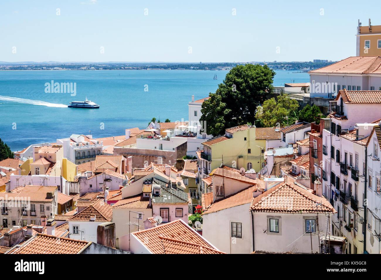 Lissabon Portugal Tajo Alfama historische Nachbarschaft Blick vom Miradouro das Portas do Sol Observation Deck Terrasse Stockbild
