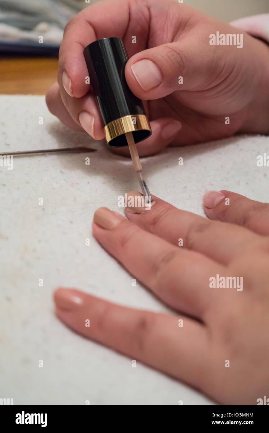 Eine Nahaufnahme der Hände eines Dame, als sie malt ihr der Nägel ...