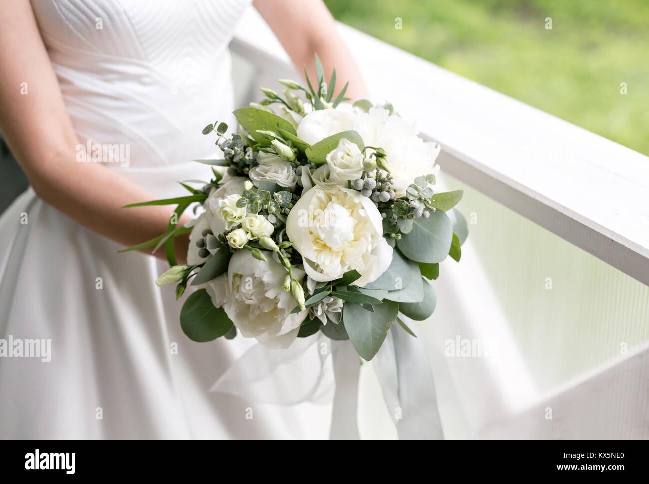 Braut Mit Wedding Bouquet Morgen Am Tag Der Hochzeit Im Sommer