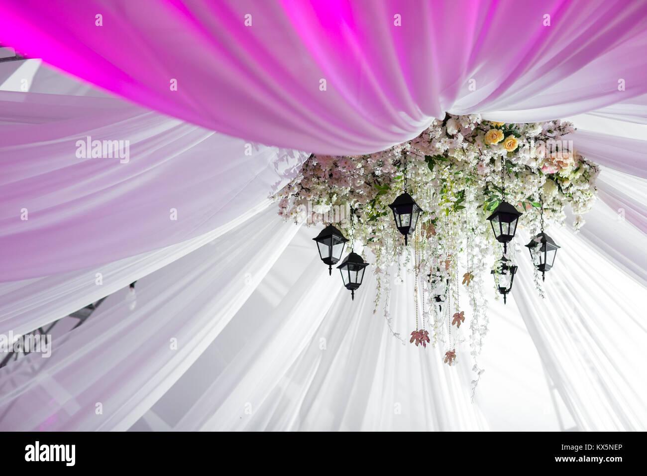 Kronleuchter Mit Blumen ~ Kronleuchter aus rosen und weißen blumen hängt unter dem zelt