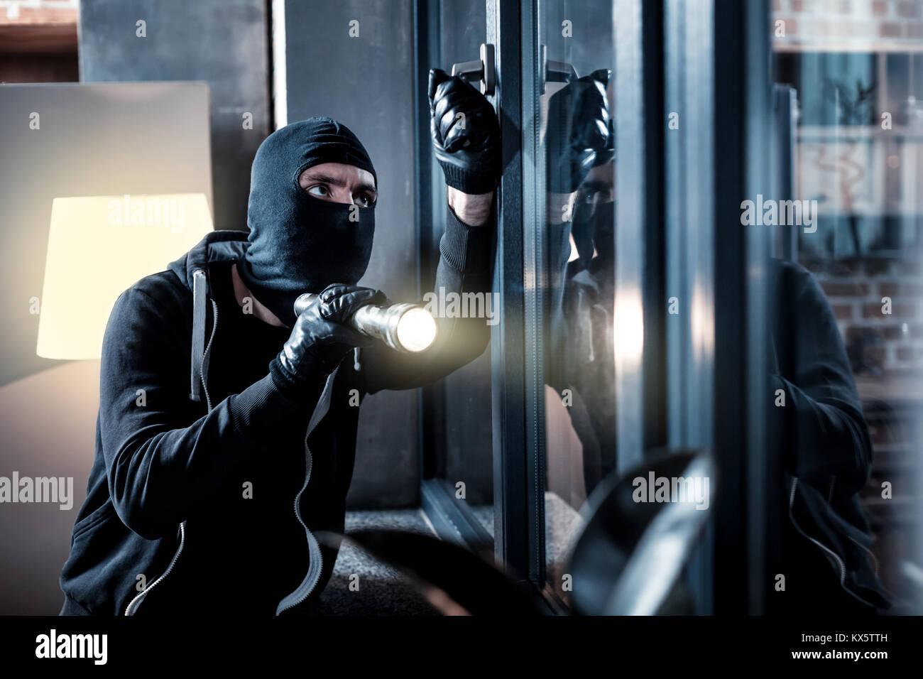 Maskierte Einbrecher Ins Haus Brechen Stockfoto Bild 171003633 Alamy