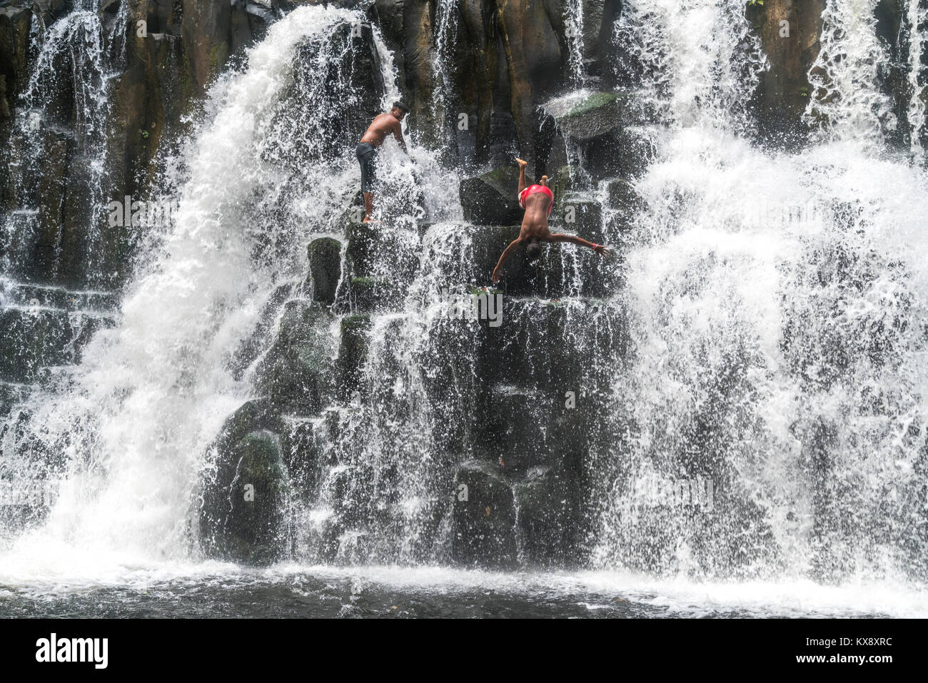 Einheimische Jugendliche springen und Baden im Wasserfall Rochester fällt bei Souillac, Mauritius, Afrika | Stockbild