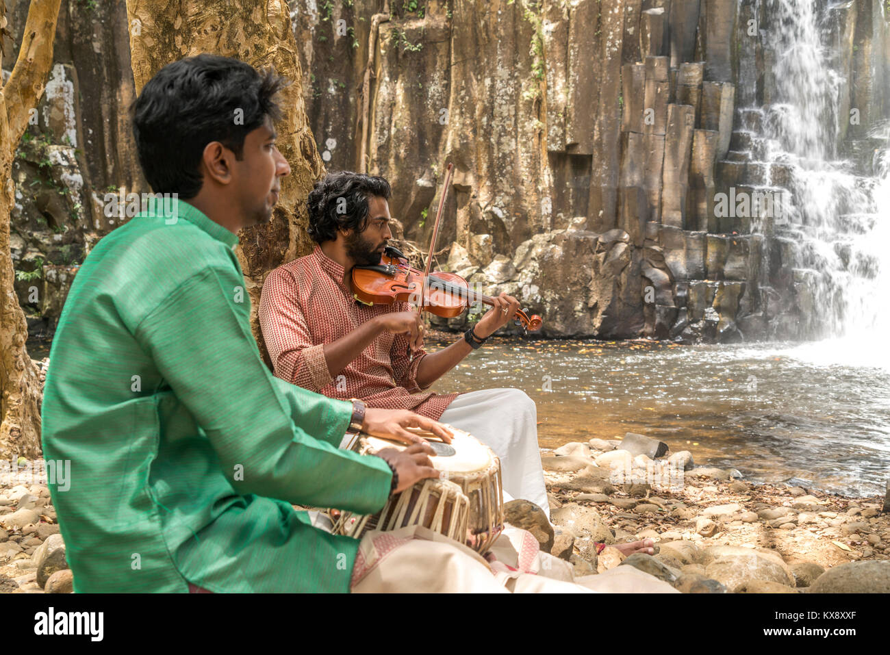 Einheimische Hindu Musiker proben am Wasserfall Rochester fällt bei Souillac, Mauritius, Afrika | Lokale hindi Stockbild