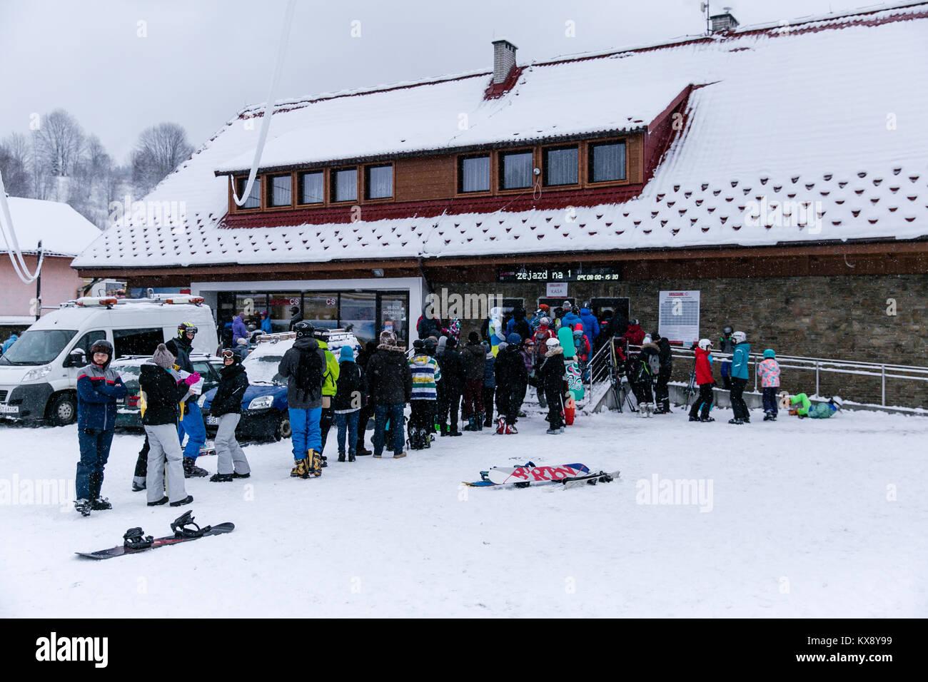 Skifahrer, Snowboarder und Touristen Schlange an der Kasse zu kaufen, Ski-Pass für den Berg Skrzyczne Gipfel in Szczyrk Polen Stockfoto