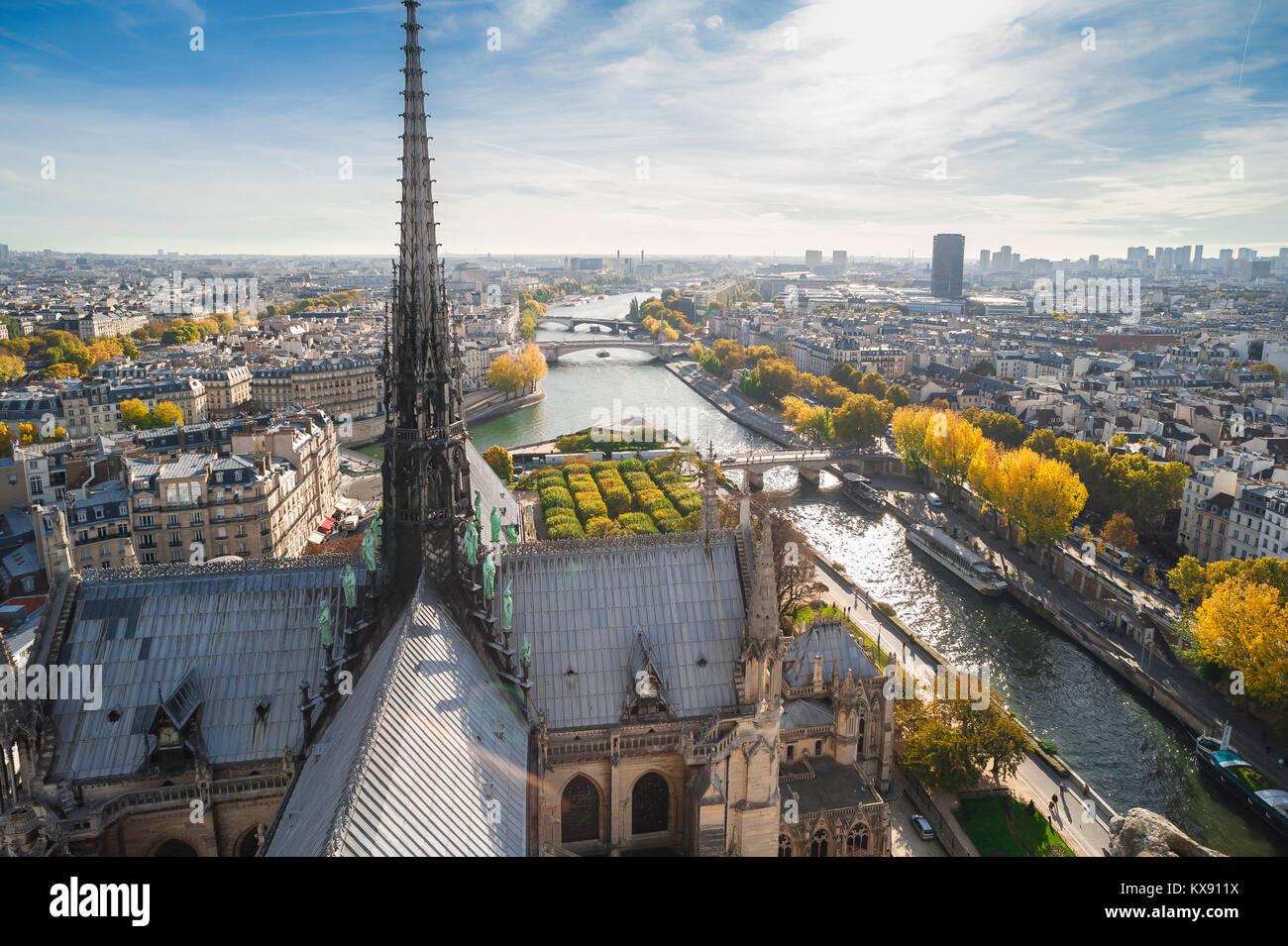 Paris Stadtbild Antenne, hoch über dem Dach der Kathedrale Notre Dame nach Osten von Paris an einem Herbstmorgen, Stockbild