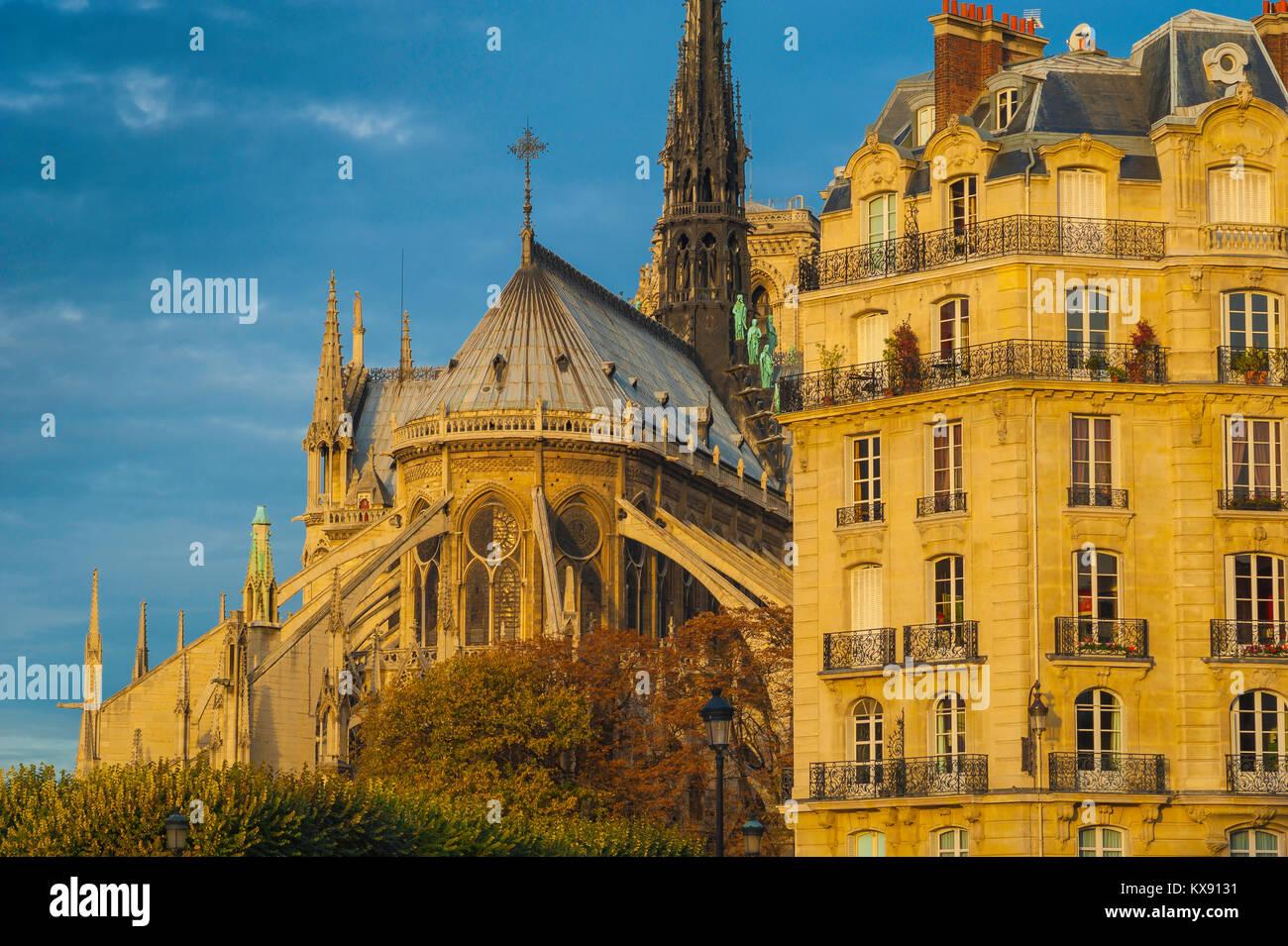 Paris Architektur, im Osten von der Kathedrale Notre Dame neben einem typischen Wohnhaus aus dem 19. Jahrhundert Stockbild