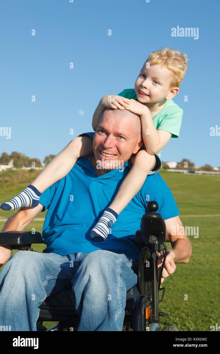 Behinderten Vater Sohn piggyback Ride Stockbild