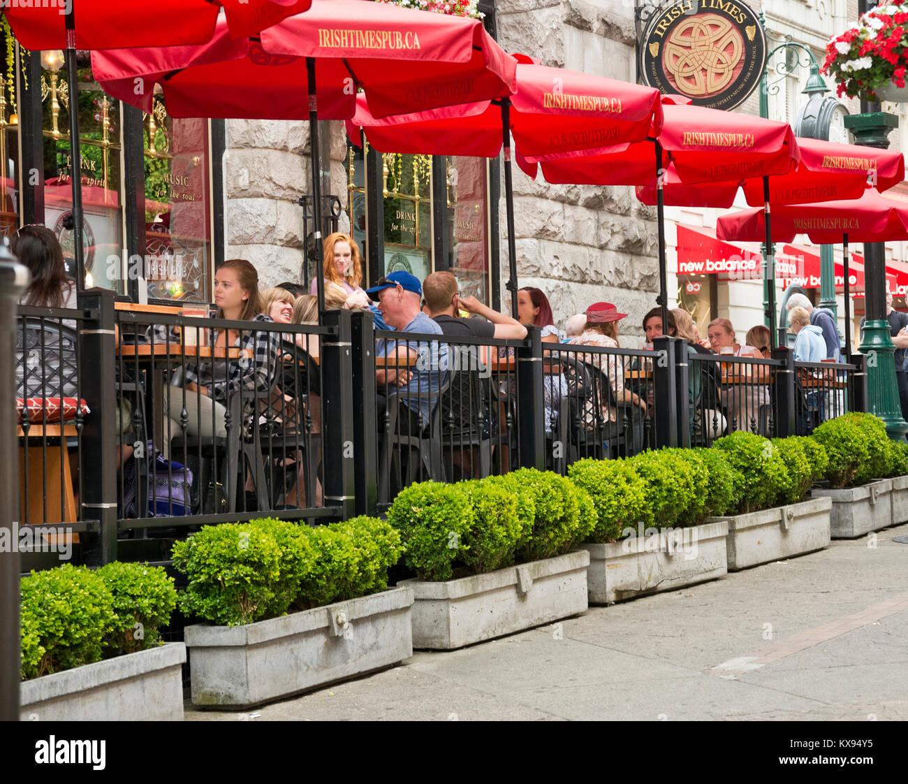 Die Menschen essen auf der Terrasse der Irish Times Pub in Victoria, British Columbia, Kanada. Victoria BC Kanada Stockbild