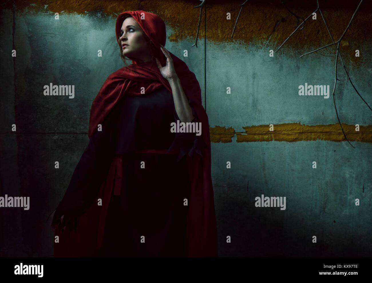 Junge Frau in rotem Umhang und Kapuze gewickelt Stockfoto