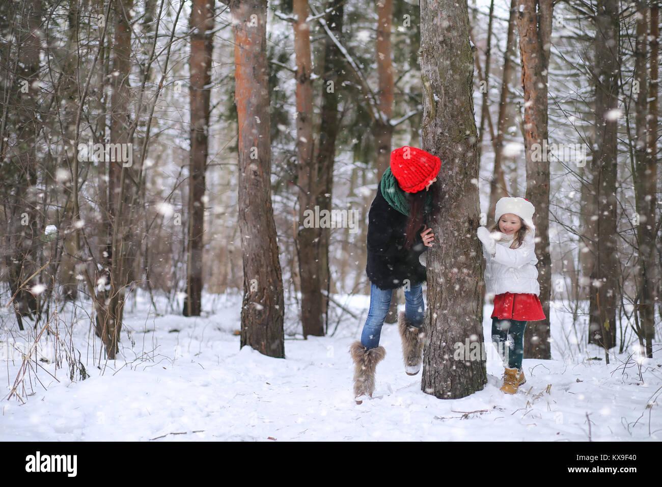 Ein Wintermärchen, eine junge Mutter und ihre Tochter mit einem Schlitten Stockbild