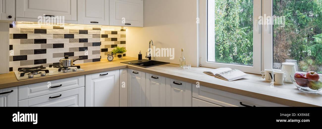 Wunderbar Funktionelle Küche Mit Klassischen Weißen Schränke Und Fenster, Panorama  Stockbild