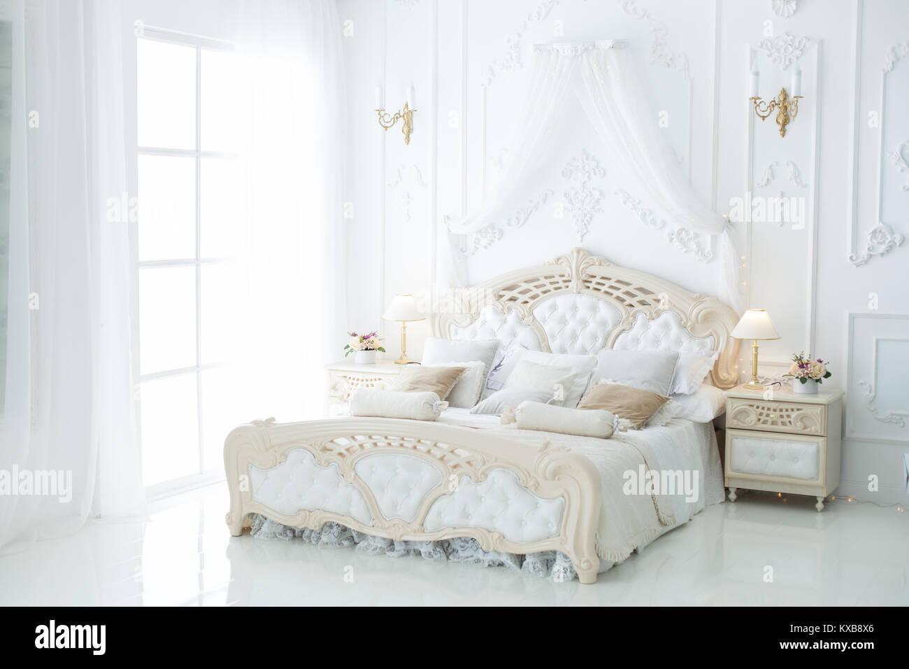 Schönes Licht Schlafzimmer mit einem schönen großen Bett Stockfoto ...
