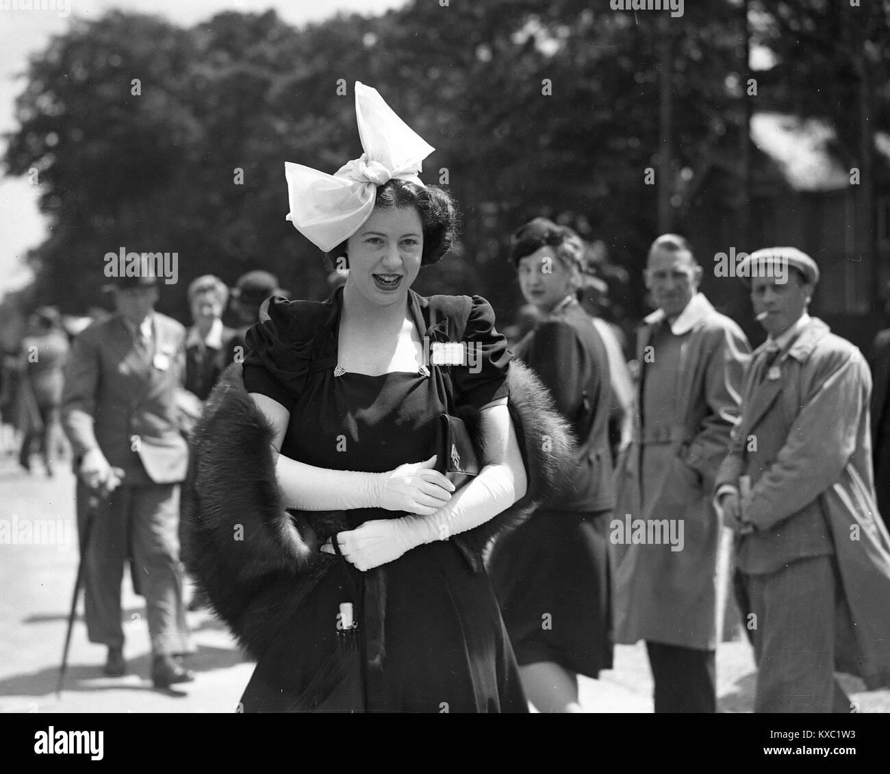 7cd2106f6a09 Köpfe drehen zu einem modischen jungen Dame tragen ihre posh kleid und hut  im Royal Ascot