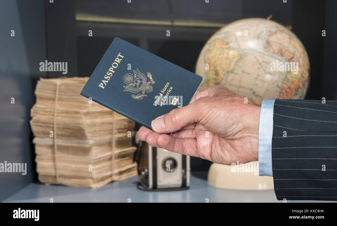 USA Bürger mit Reisepass und Weltkugel und Kamera Stockbild