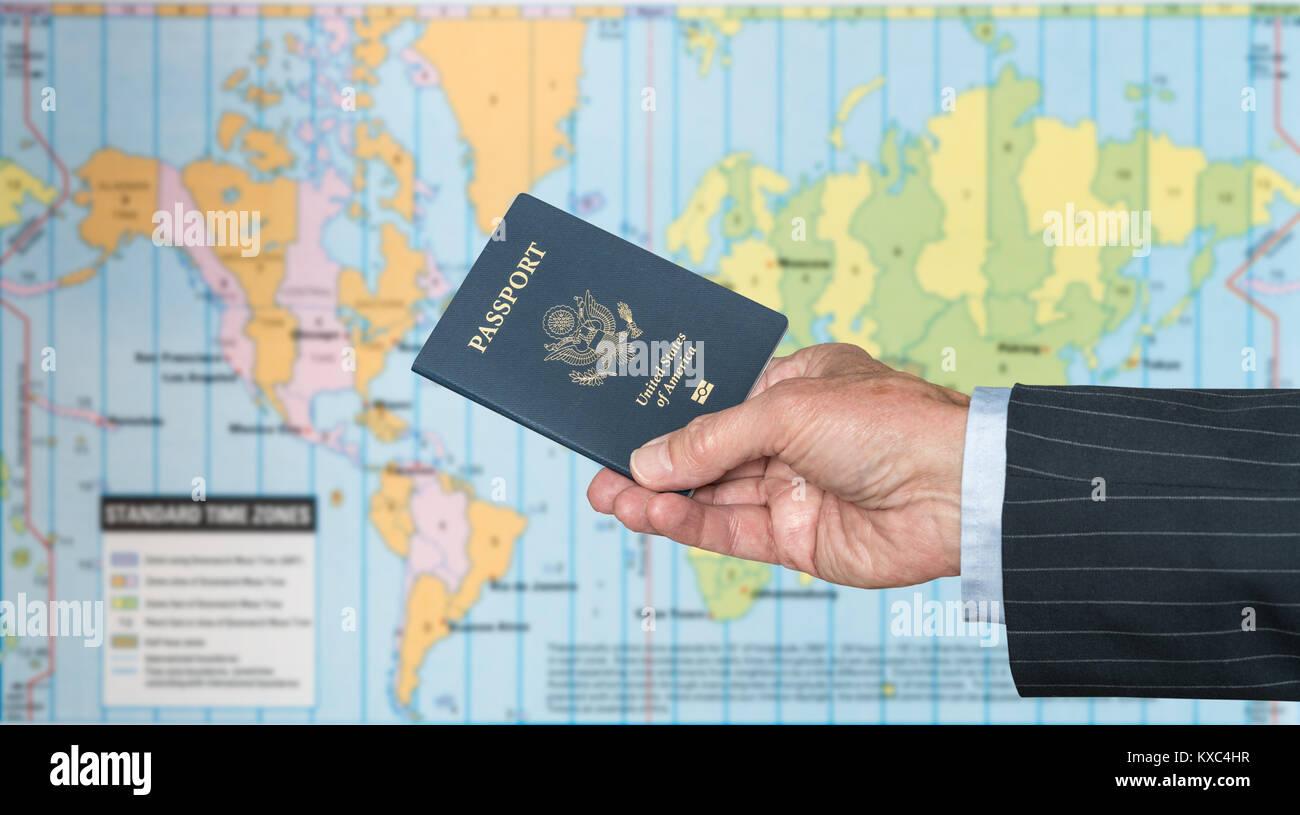 USA Bürger mit Reisepass und Weltkarte von Zeitzonen Stockbild