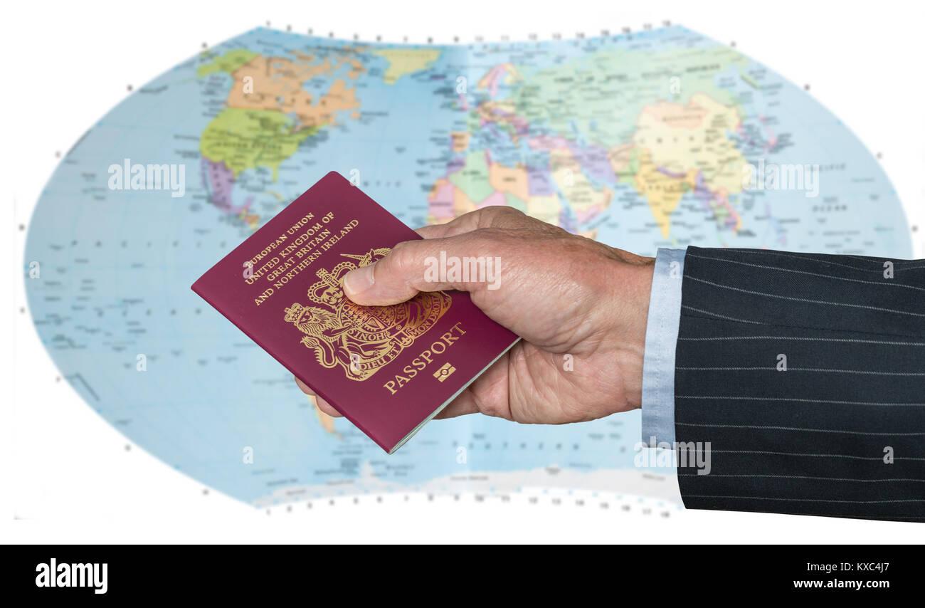 Britischer Staatsbürger mit Reisepass und Weltkarte Stockbild