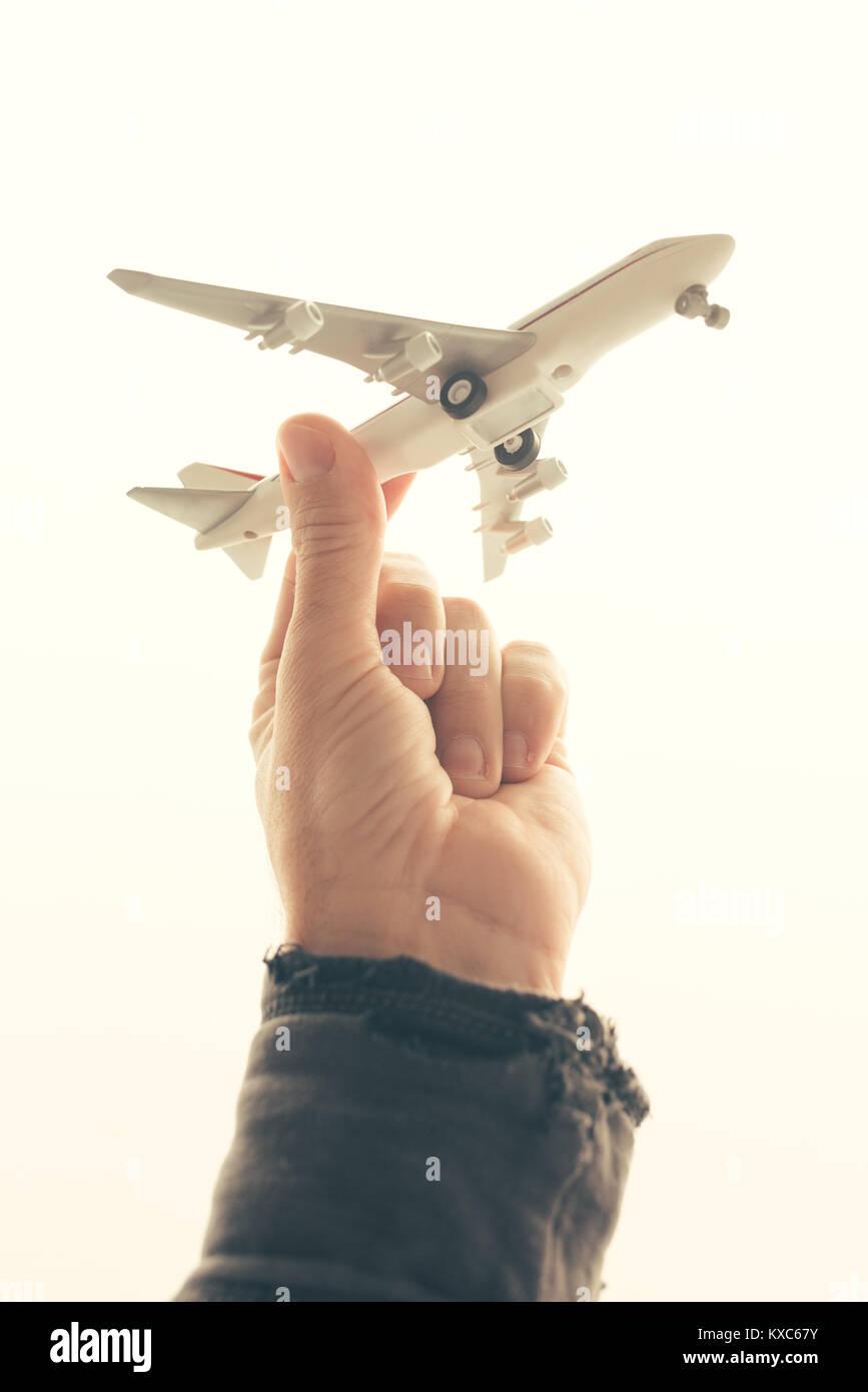 Mann mit Spielzeug Flugzeug gegen helles Licht Hintergrund Stockbild