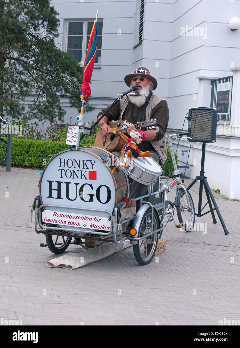 """Street Musiker"""" Honk Tonk Hugo"""" in der Fußgängerzone von Zingst, Fishland, Mecklenburg-Vorpommern, Ostsee, Deutschland, Europa Stockfoto"""