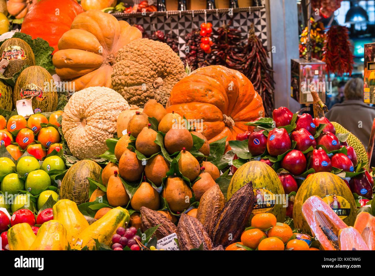 Obst und Gemüse ausgeht, der Markt La Boqueria, La Rambla, Barcelona, Katalonien, Spanien. Stockbild