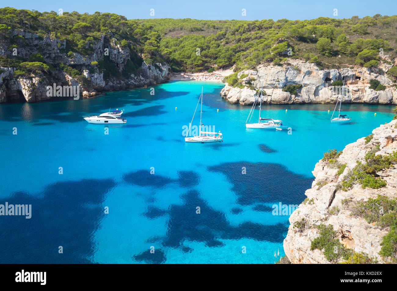 Blick auf Cala Macarelleta und Segelboote, Menorca, Balearen, Spanien, Europa Stockbild
