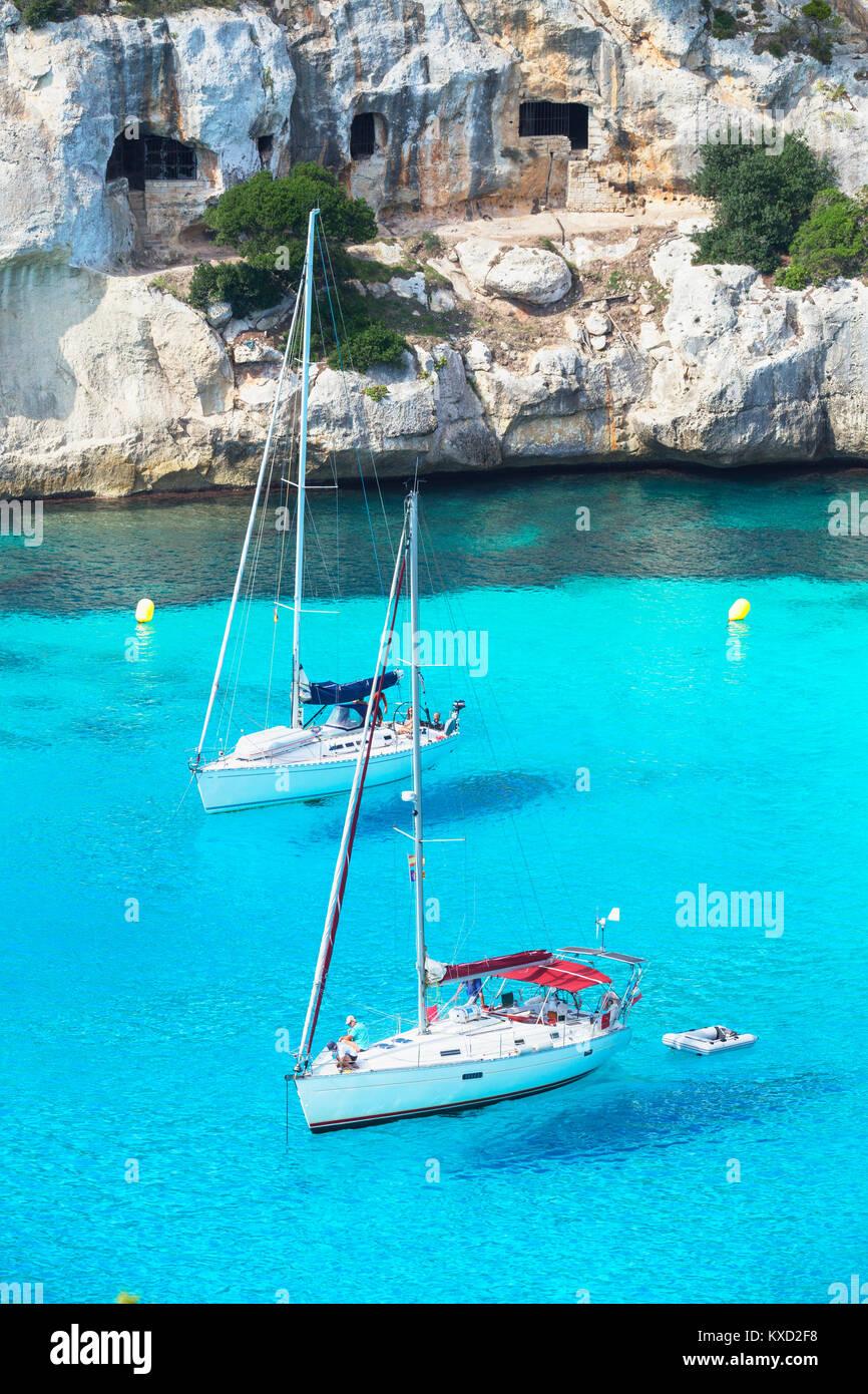 Blick auf Cala Macarella und Segelboote, Menorca, Balearen, Spanien, Europa Stockbild