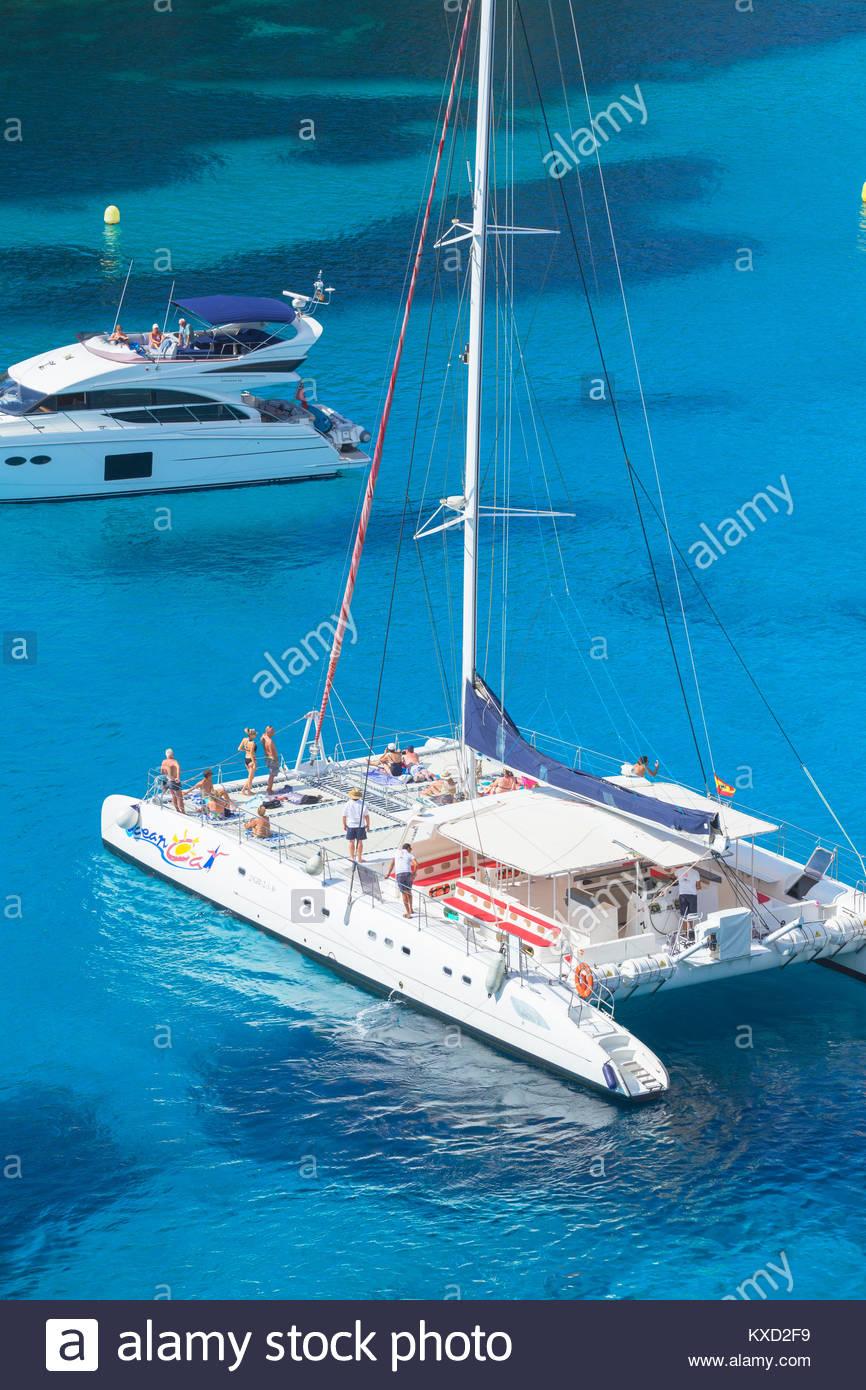 Segelboote in Cala Macarella, Menorca, Balearen, Spanien, Europa verankert Stockbild