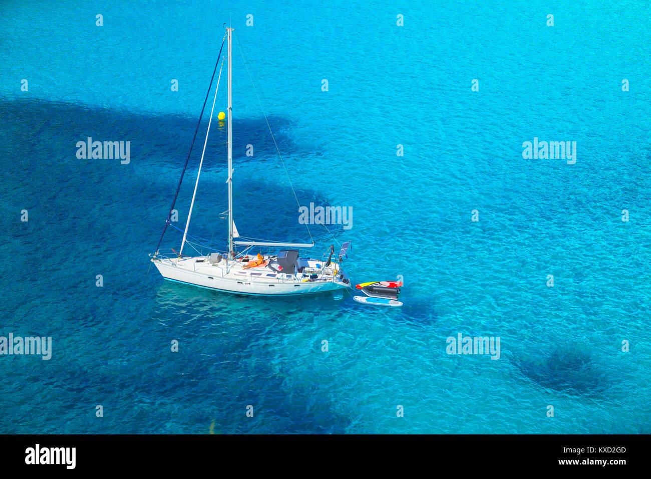 Blick auf Cala Macarella und Segelboot, Menorca, Balearen, Spanien Stockbild